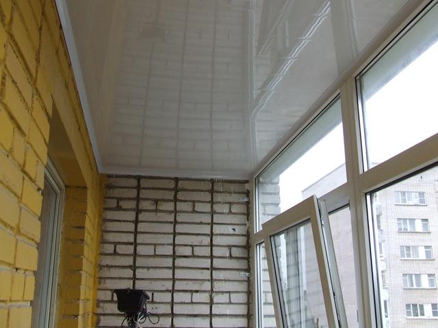 Пластиковые панели на потолке балкона фото..